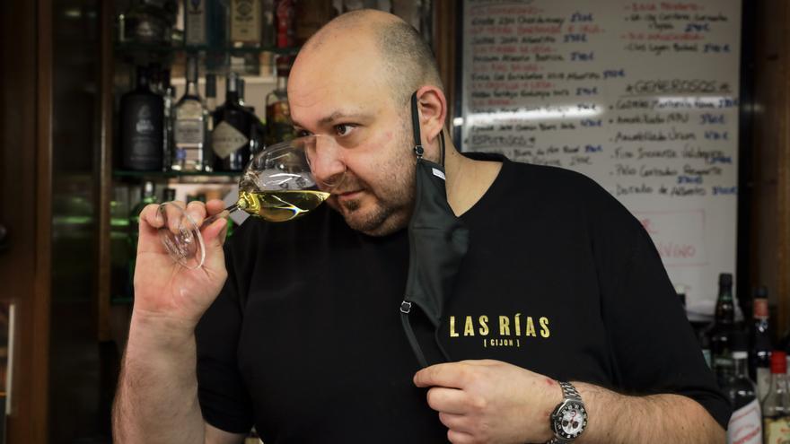 De chigre a templo de vino en Gijón: el bar de barrio con más de 700 botellas
