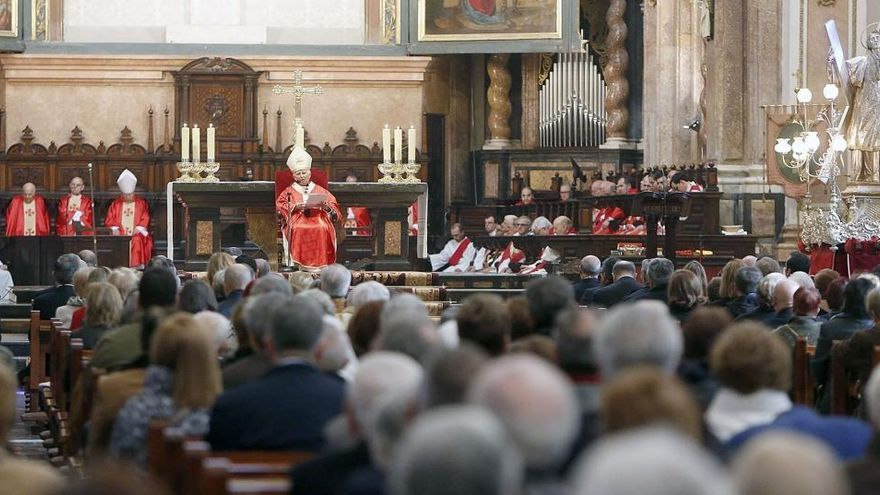 A misa con mascarilla, sin colecta  ni coros y tampoco gestos de afecto