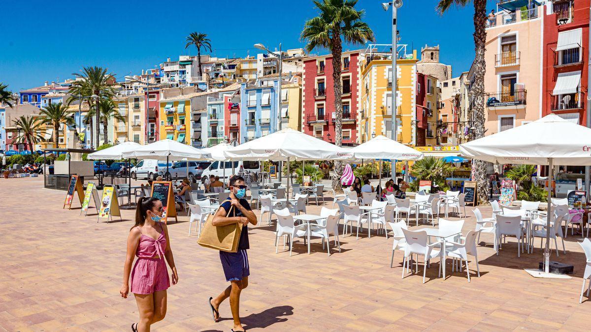 Imatge de la façana litoral de La Vila Joiosa, amb les famoses cases de colors que caracteritzen el seu barri antic.
