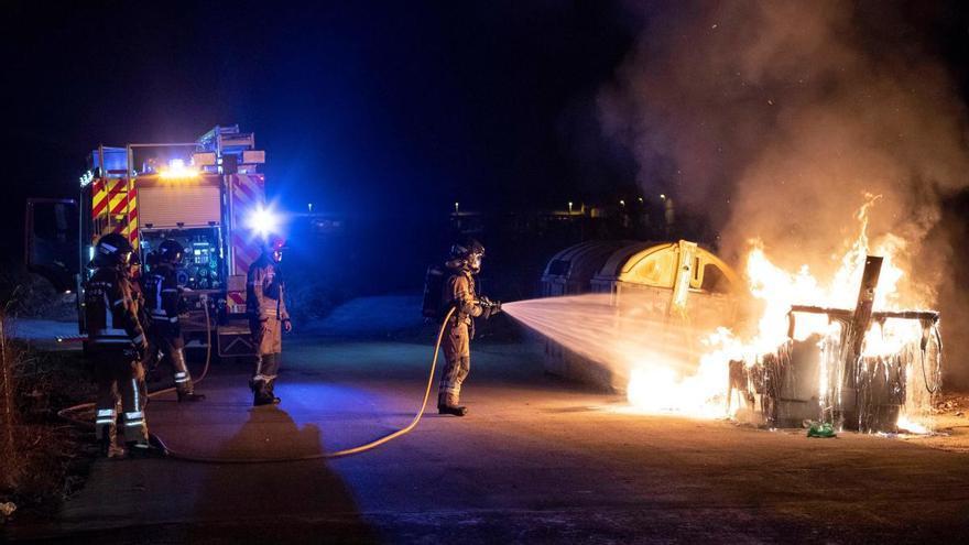Detenidos tres hombres por quemar cuatro contenedores en Patiño