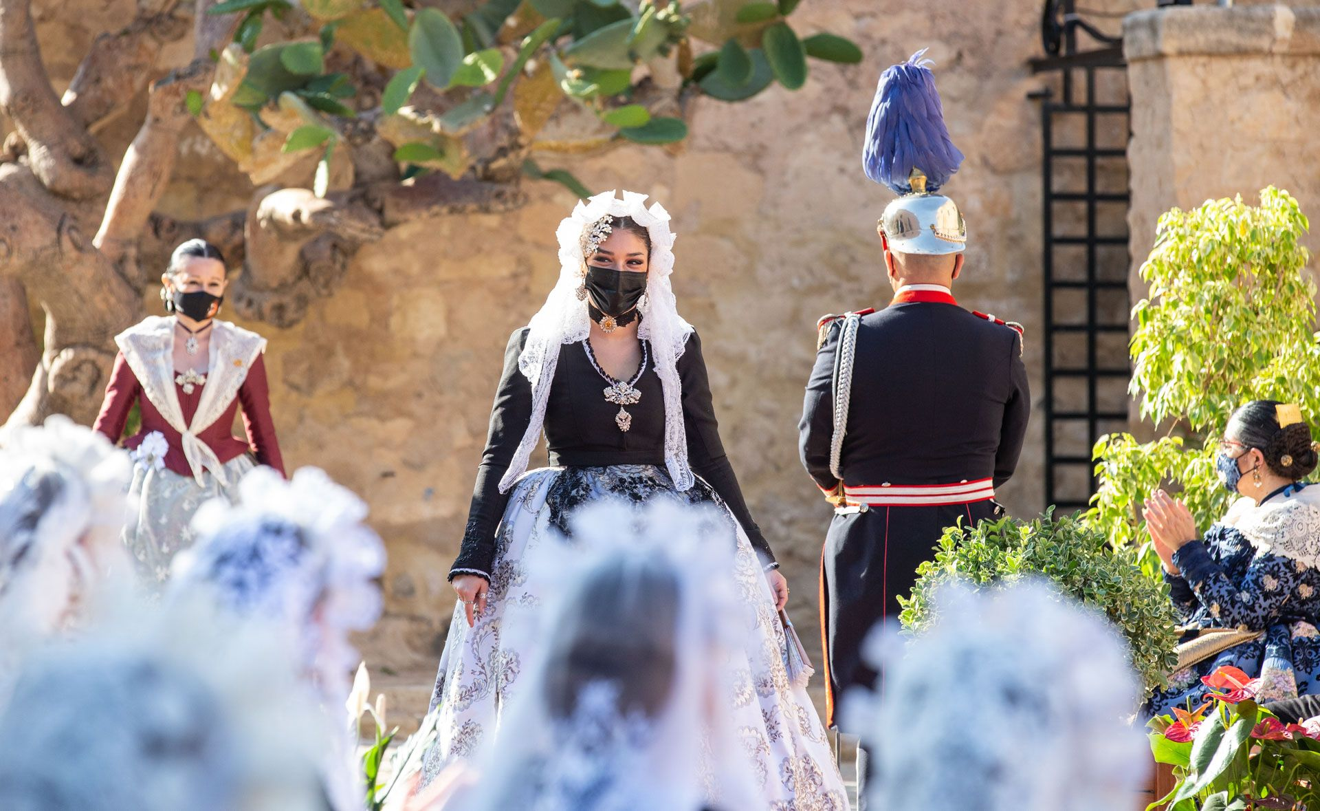 Hogueras de Alicante: El Ayuntamiento recibe a las 79 candidatas a Bellea del Foc