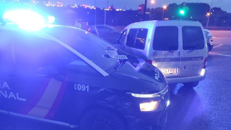 Dos policías heridos tras embestirles con una furgoneta una mujer que se quería suicidar en Asturias