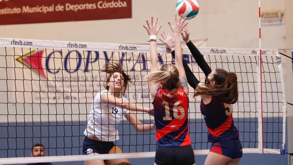 María Peña (Academia Voleibol Córdoba) realiza un remate en la red.