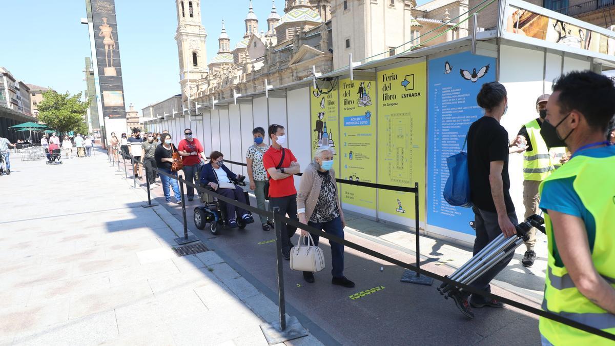 La afluencia de visitantes fue constante durante todo el día en la Feria del Libro de Zaragoza, que comenzó el viernes y finalizará el próximo domingo.