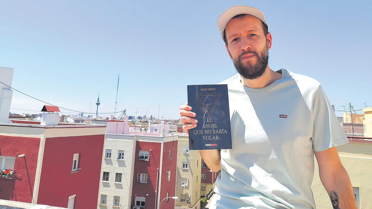 Eloy Ortiz posa con un ejemplar de 'El ángel que no sabía volar'.