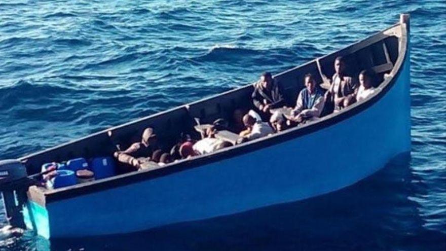 Llega una patera con 29 inmigrantes a una playa de Lanzarote