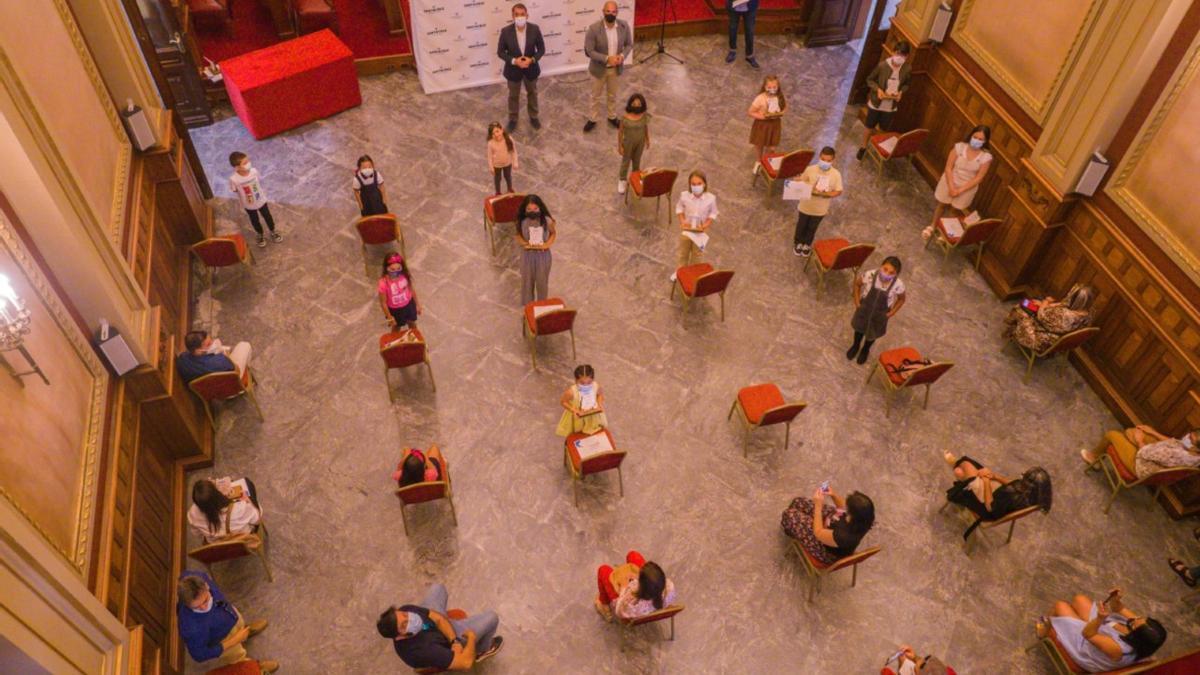 Momento de la entrega de premios en el salón de plenos del Ayuntamiento de Santa Cruz de Tenerife