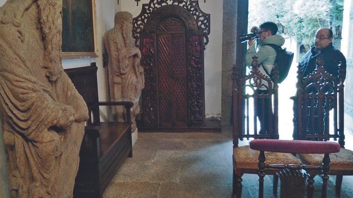 Las estatuas del Mestre Mateo, en la capilla del pazo de Meirás.     // LA OPINIÓN