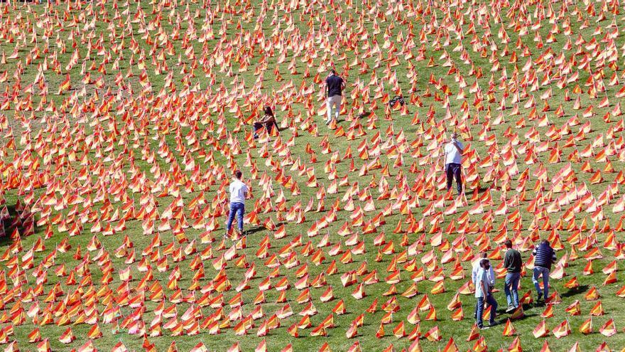 EN IMATGES   Col·loquen 53.000 banderes d'Espanya en un parc de Madrid per les víctimes de la covid