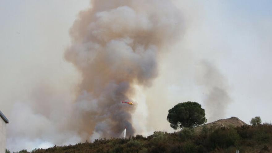 Treball intens dels Bombers per aturar el foc de Llançà