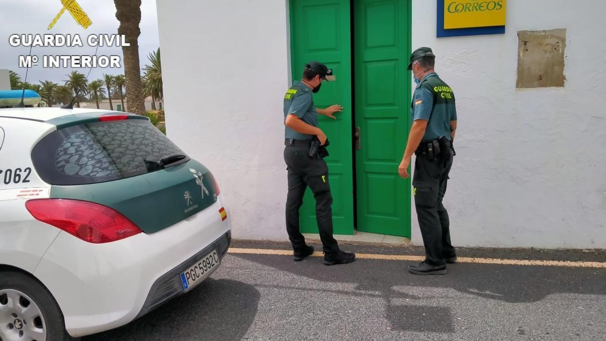 Agentes de la Guardia Civil en la oficina de Correos en la que se cometió el robo.