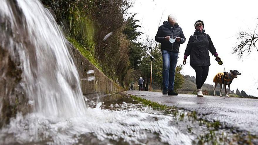 Las fuertes lluvias desvelan el mal estado de las cunetas del Naranco