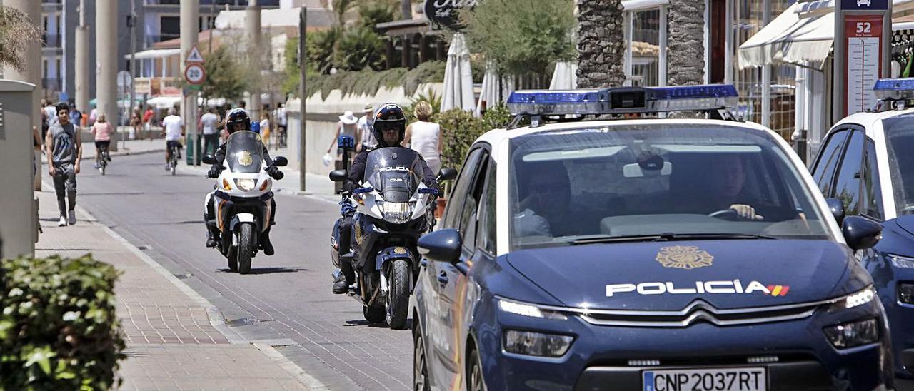 Dotaciones de la Policía Nacional patrullan por la Playa de Palma. | B.RAMON