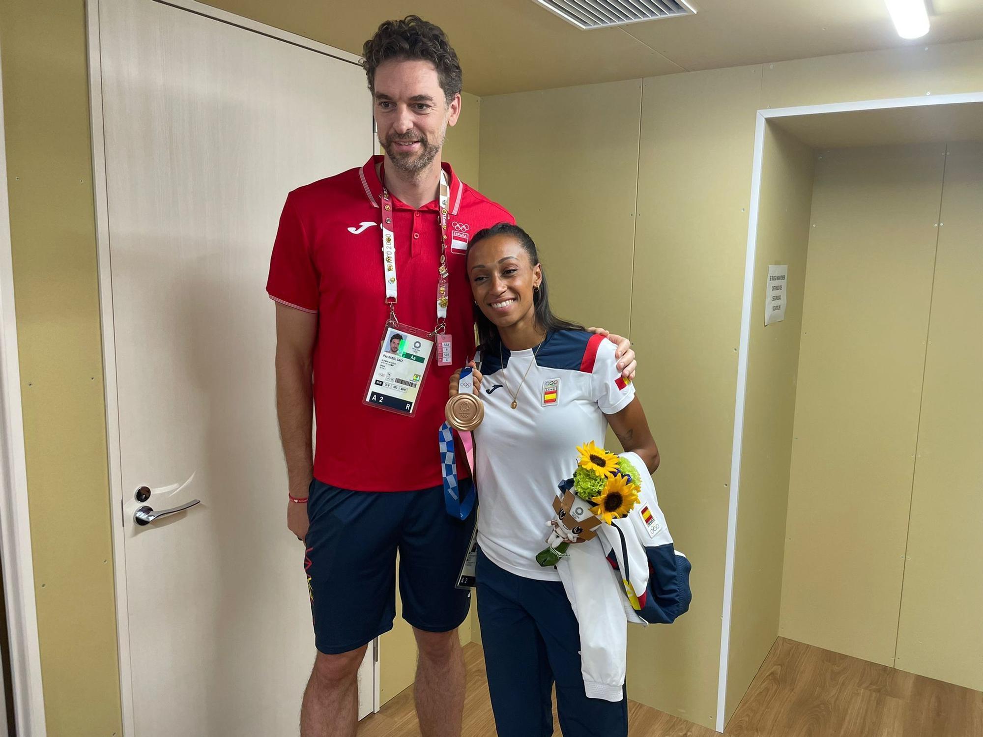 El jugador de baloncesto catalán no perdió la ocasión de fotografiarse con la medallista gallega.