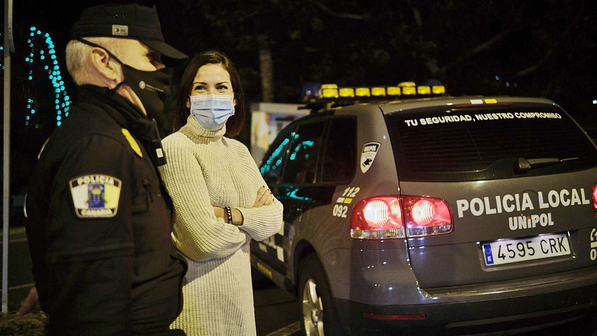 Evelyn Alonso, concejala de Seguridad de Santa Cruz de Tenerife, junto a un agente de la Unipol. | | ANDRÉS GUTIÉRREZ