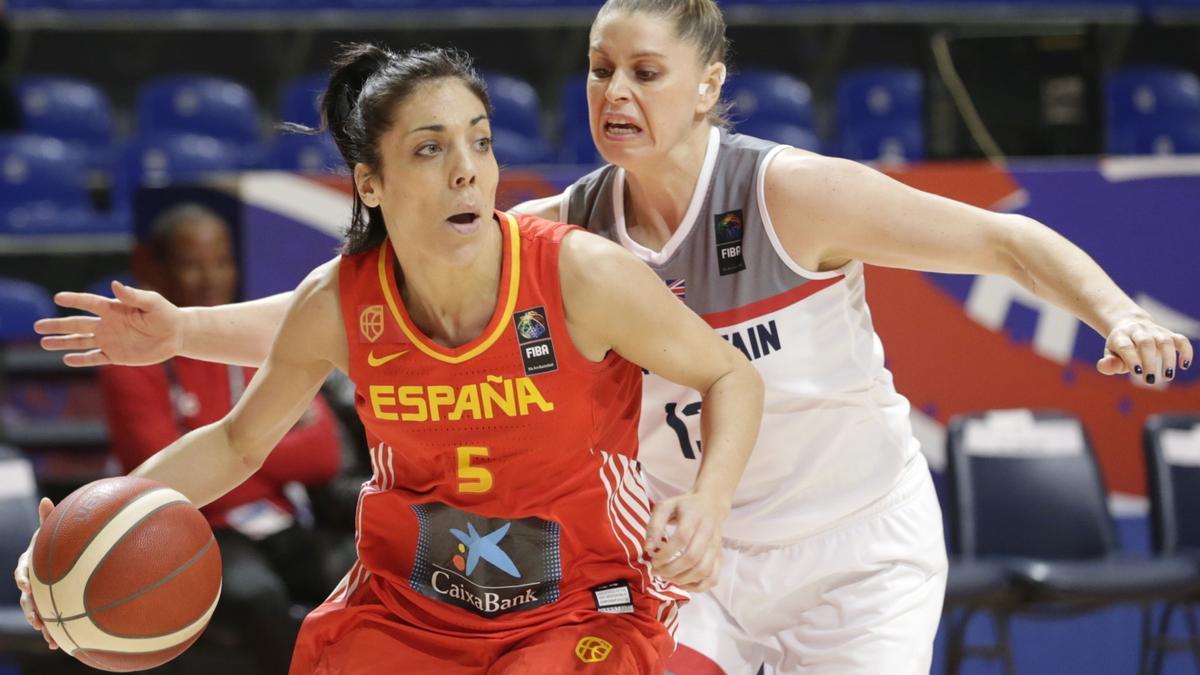 Ouviña bota el balón en un partido de España.