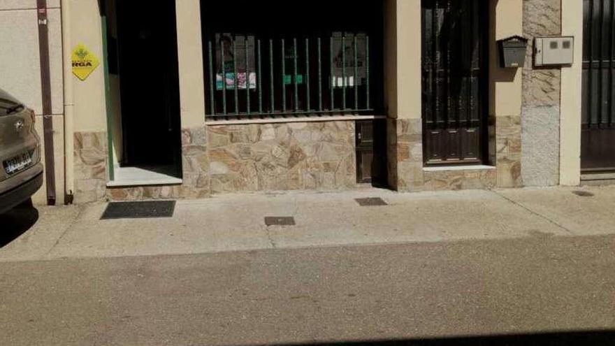 Un encapuchado armado con pistola atraca una oficina bancaria en Trabazos