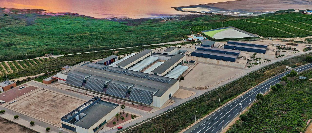 Imagen de la desalinizadora de Torrevieja, que el Gobierno tiene previsto ampliar para producir 120 hectómetros anuales. | TONY SEVILLA