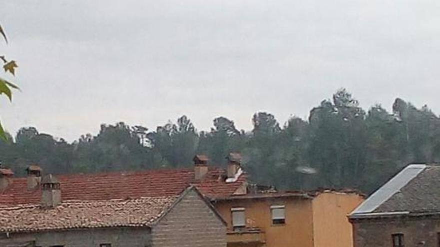 S'esfondra per segon cop en un mes la teulada d'un bloc de pisos de Puig-reig i diversos veïns no poden tornar a casa