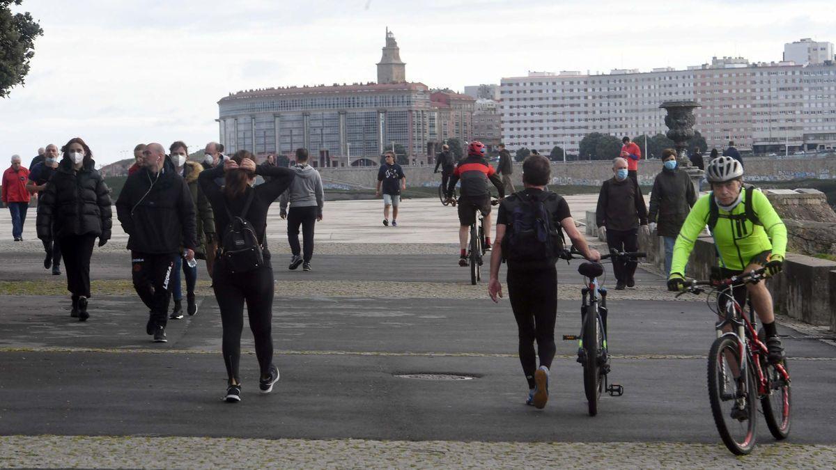 Personas con mascarilla en el paseo marítimo de A Coruña.