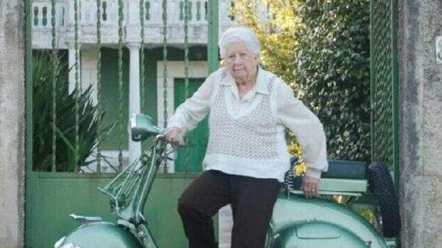 La madrina del Club Vespa Llanes, María Teresa Llaca, cumple 101 años