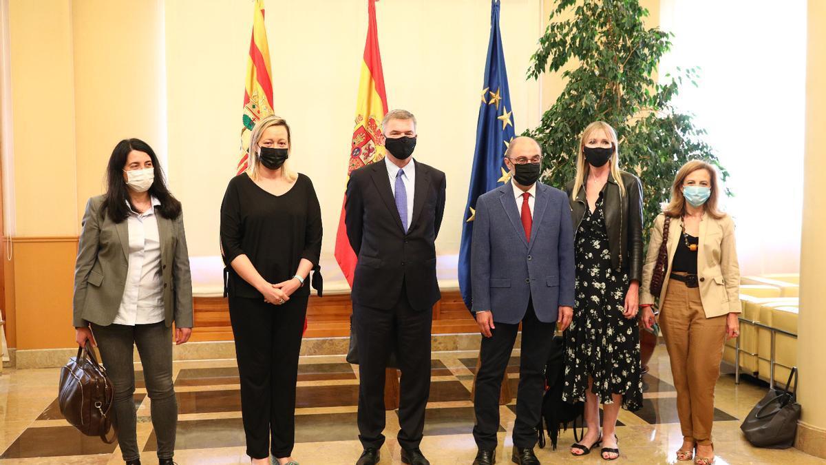 Los responsable de Amazon junto a miembros del Gobierno de Aragón, ayer en Zaragoza