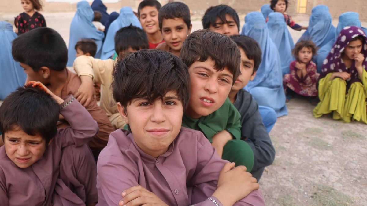 Niños desplazados por el avance talibán, en un campo de refugiados de Herat.