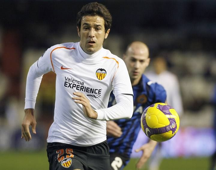 Valencia's Viana controls the ball past Club Bruges' Ciman during their UEFA Cup soccer match in Valencia