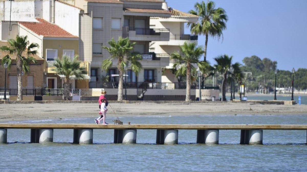 Personas caminan por Los Alcázares, junto al mar, esta semana.