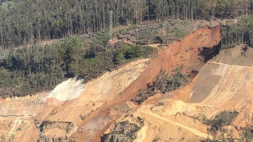 Se desploma un enorme talud de la autovía de Salas-Cornellana y corta el tráfico en la zona