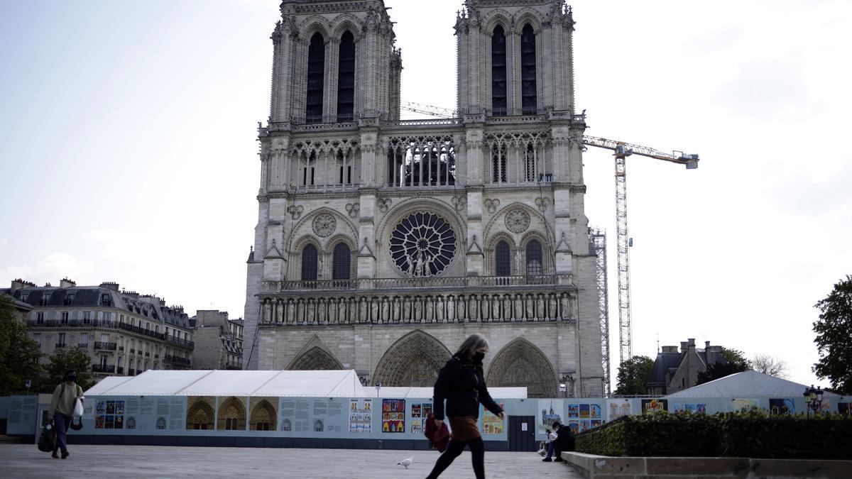Una mujer pasea en París