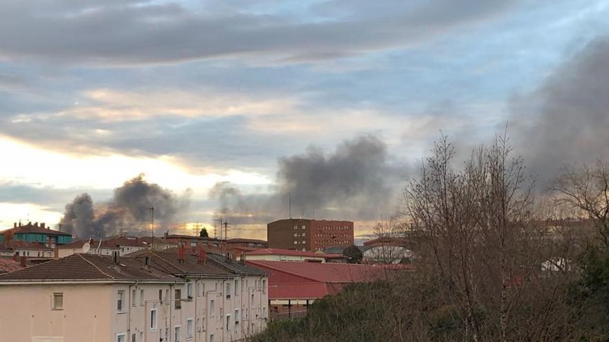 El gran incendio del desguace obliga a activar el protocolo medioambiental en Gijón