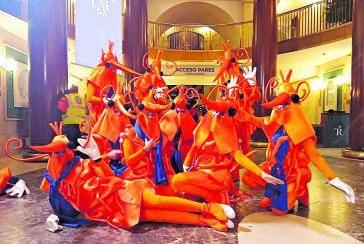 Algunos de los aficionados al sorteo de la lotería de Navidad —algunos ya 'clásicos'—, el año pasado, disfrazados en el salón, cuando se podía entrar.     // E.P.