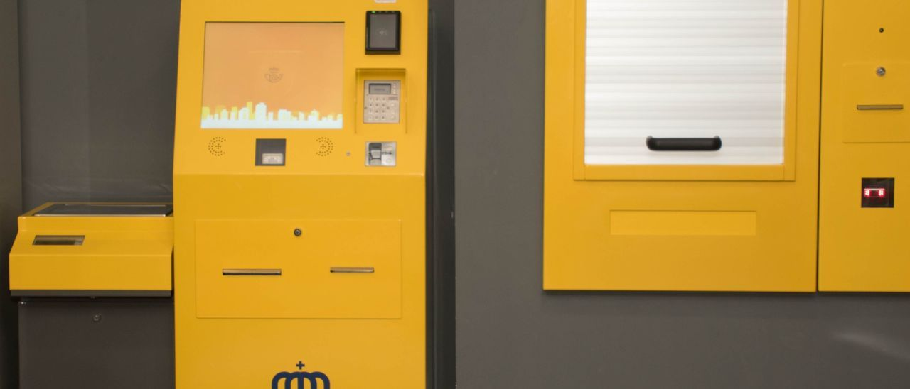 La máquina de autoservicio que Correos ha instalado en su oficina de Elda.