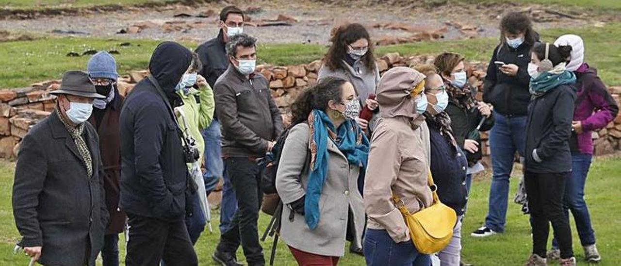 Visita de los arqueólogos participantes en el congreso de la AFEAF a la Campa Torres.   Marcos León