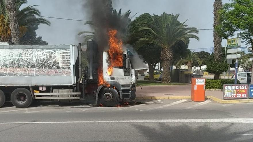 Arde un camión de la recogida de basuras de Torrevieja cuando realizaba una parada de camino al vertedero
