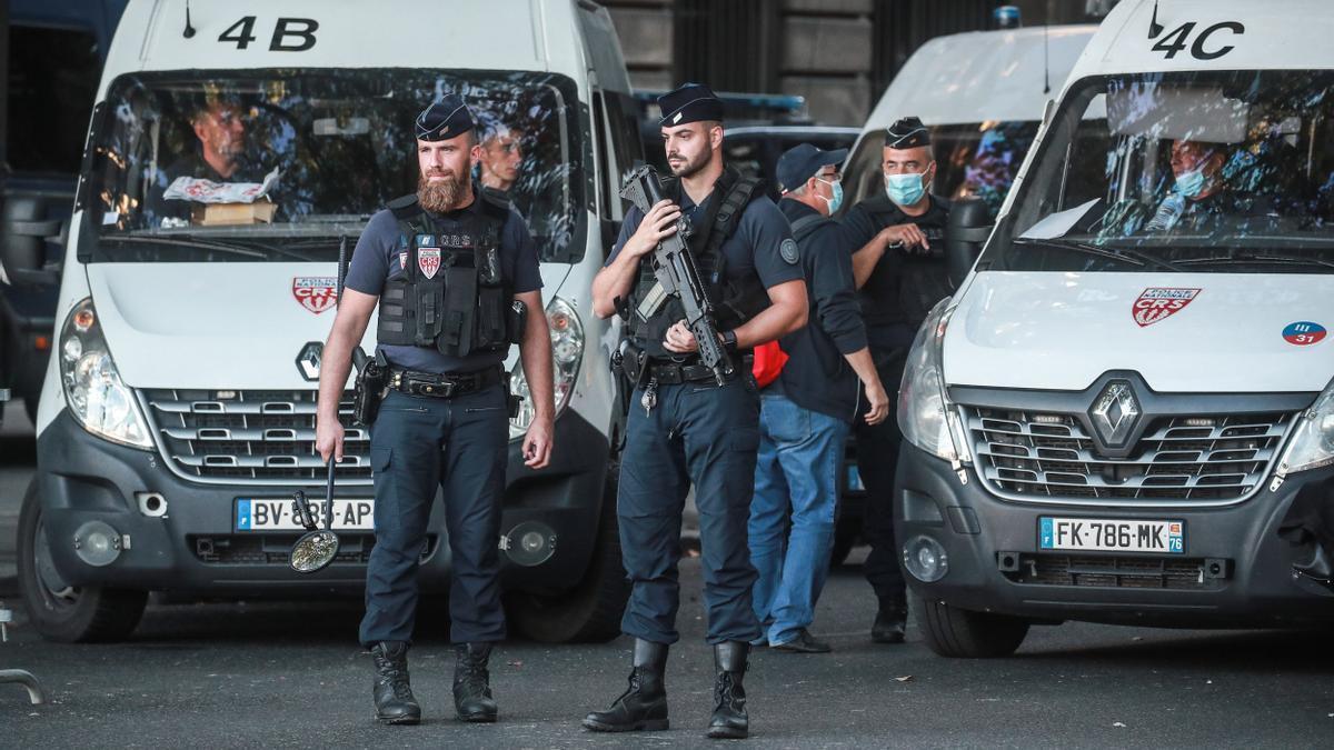 Policías en París antes del inicio del juicio por los atentados de 2015.