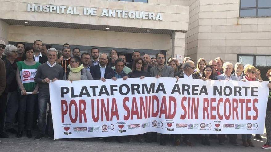 Vecinos y alcaldes de Antequera se manifiestan pidiendo mejoras en sanidad