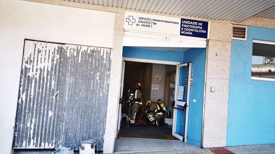 Un incendio afecta al centro de odontología de Moaña y obliga a evacuar a cinco personas