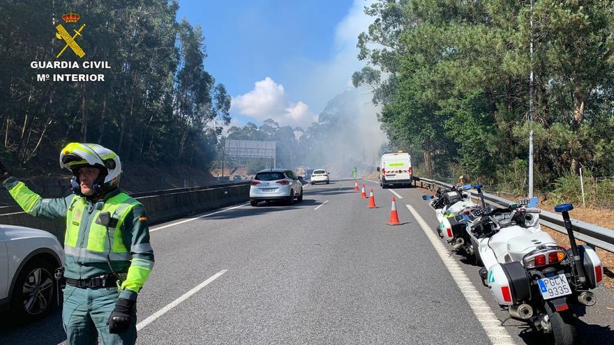 Un incendio en Tui obliga a cortar un carril de la A-55 en sentido Vigo