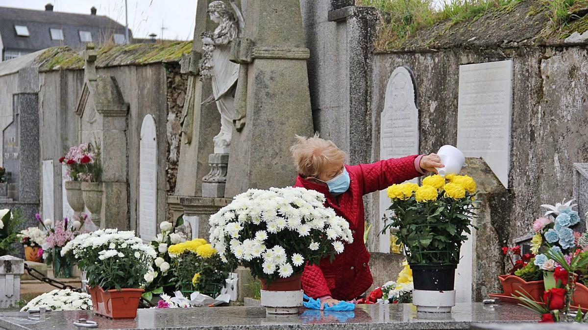 Limpieza de sepulturas en los cementerios  viejo y nuevo de Lalín   | // FOTOS: BERNABÉ/ANA AGRA