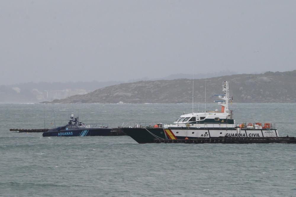 Las fuerzas antidroga intentan acceder al interior de la nave, que podría alojar un gran alijo - Varias personas de origen sudamericano han sido detenidas. // G. Núñez