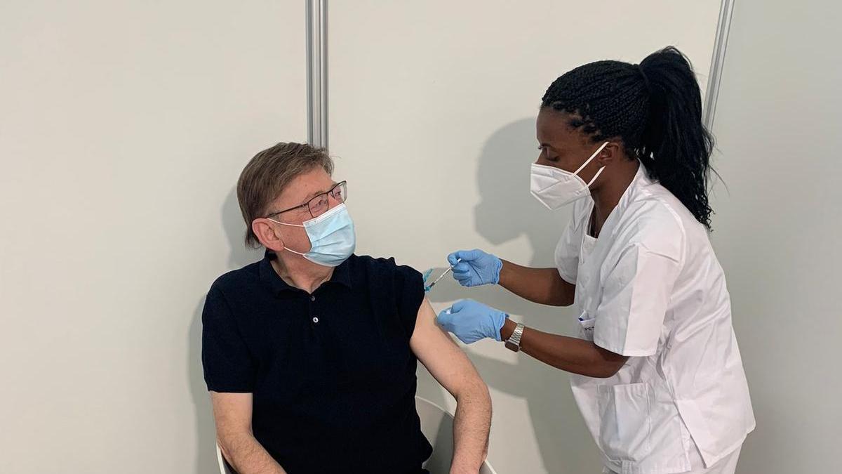 Ximo Puig recibiendo la vacuna de AstraZeneca