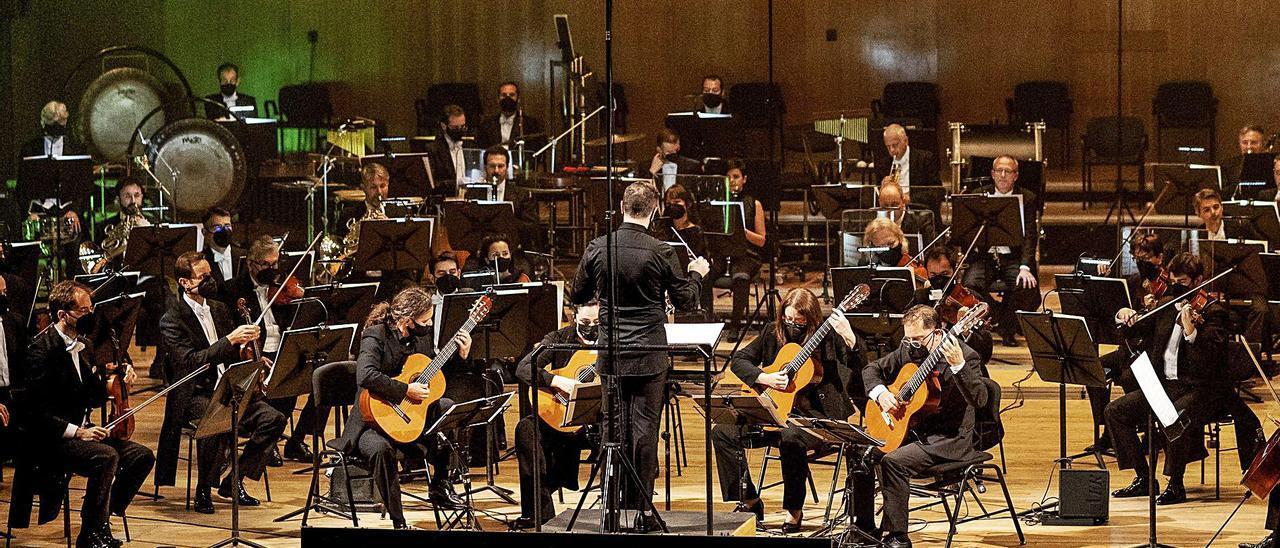 """La OSPA, ayer en el Auditorio de Oviedo, junto al cuarteto de guitarra """"Entrequatre"""".   Irma Collín"""