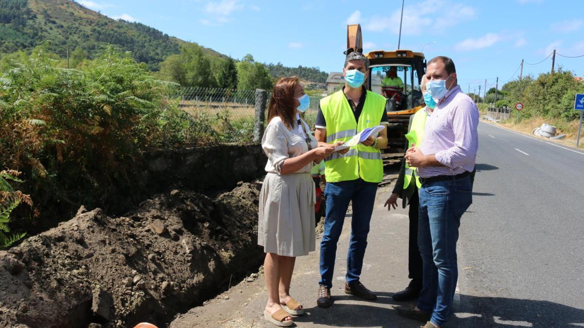 La delegada en funciones de la Xunta y el alcalde, esta mañana, visitando las obras de la nueva senda peatonal Ponte Bora-Carballedo.