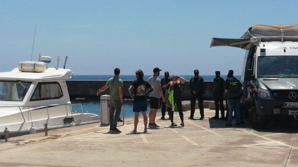 El cuerpo permanece en el puerto, en el barco de recreo que lo rescató.