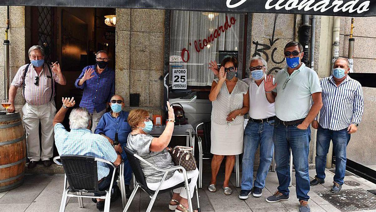 Clientes do bar Lionardo, na rúa Fernández Latorre, onte.