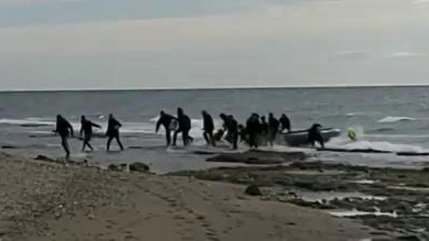 Llega una lancha neumática con 15 inmigrantes en Marbella