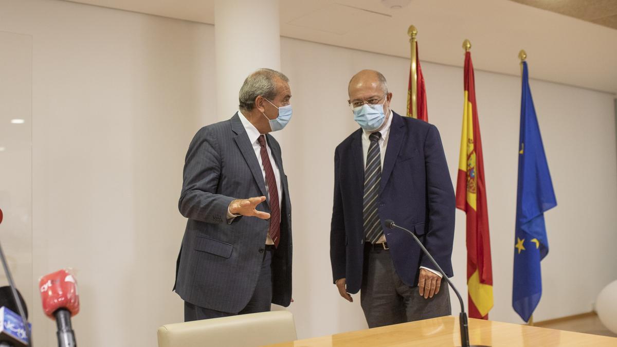 Agustín Sánchez de Vega (izquierda) en la última visita de Francisco Igea al Consultivo y el Tribunal de Recursos Contractuales, en Zamora