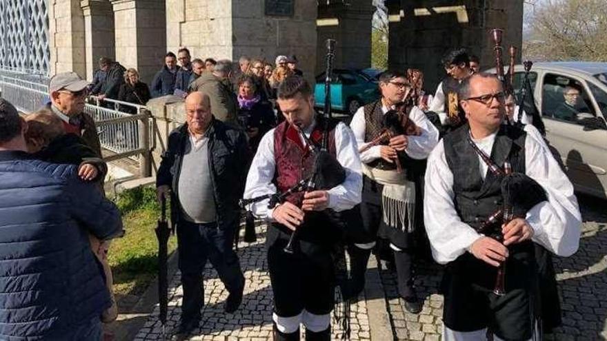 Gaitas y concertinas conmemoran los 132 años del Puente Internacional Tui-Valença